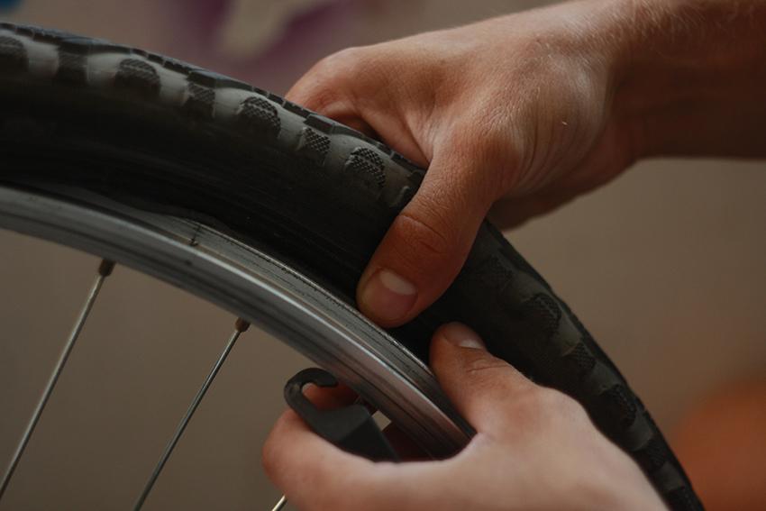 Проколол колесо и не могу снять покрышку