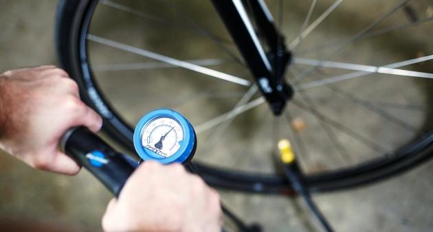 Чем накачивают шины велосипеда?