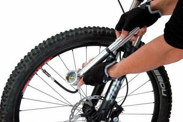 Чем измерять давление, чем накачивать шины?