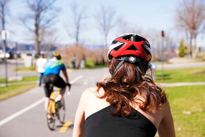 Велосипедный шлем на девушке