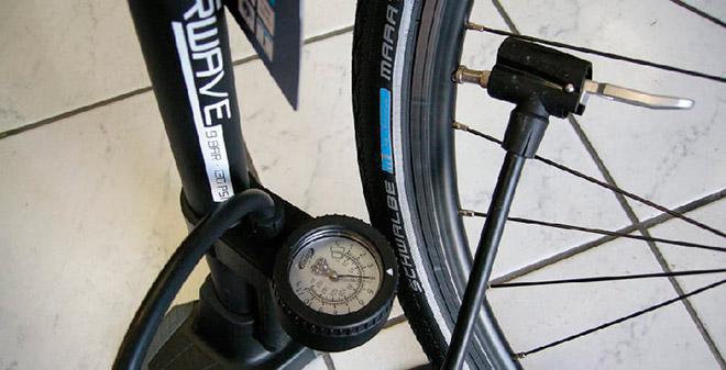 Измерение давление в шинах велосипеда