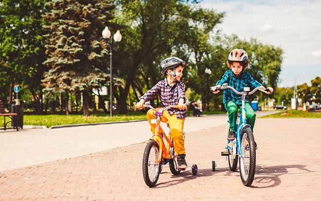 Велосипед с дополнительными колесами для ребенка