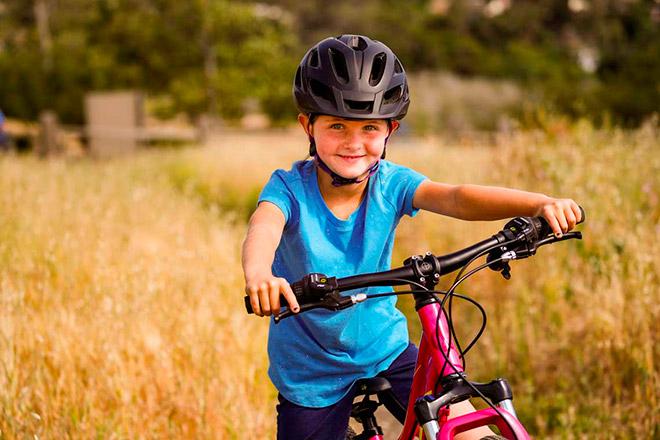 Мальчик с велосипедом на природе