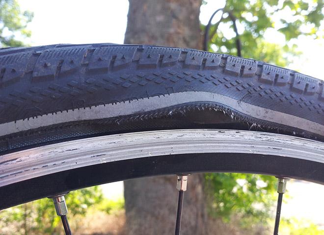 Шишка на шине велосипеда